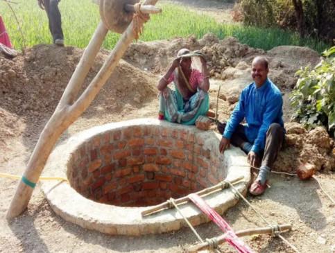 MP: आधा किमी दूर से पानी भरकर लाती थी पत्नी, परेशानी देख पति ने घर में खोद दिया कुआं