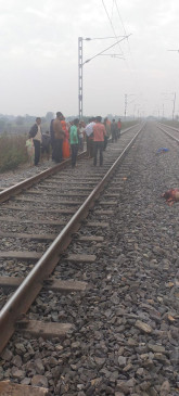 4 साल के बेटे को लेकर ट्रेन के आगे कूदी मां