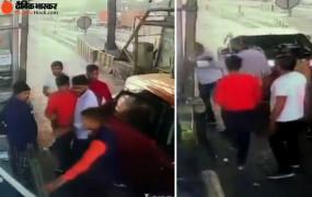 Video: टोल प्लाजा पर सांसद के समर्थकों ने की तोड़फोड़, टोल टैक्स भी नहीं भरा और धमकाया