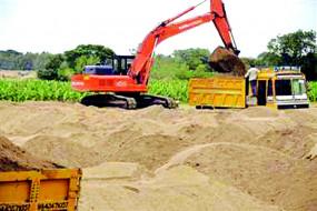 नागपुर : अवैध रेत ढुलाई कर रहे ट्रैक्टर पर पुलिस ने की कार्रवाई