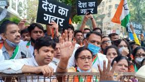 Arnab की गिरफ्तारी के लिए राकांपा का प्रदर्शन, चैट मामले में कार्रवाई की मांग
