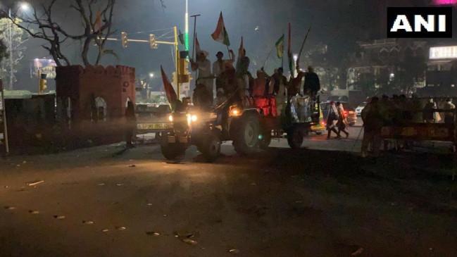 Tractor Rally : किसानों ने 8 बसें, 17 गाड़ियां तोड़ीं, 86 पुलिसकर्मी घायल हुए, पुलिस ने दर्ज की 7 FIR