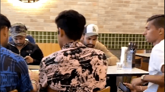 टीम इंडिया ने तोड़ा कोविड प्रोटोकॉल: मेलबर्न के रेस्टोरेंट में खाना खाते दिखे रोहित सहित 5 क्रिकेटर्स किए गए आइसोलेट