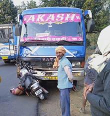 बस के अगले हिस्से में जा घुसी बाइक, युवक की मौत - खन्नौधी के पास हुई दुर्घटना