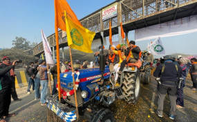 ट्रैक्टर परेड Live: सिंघु, टिकरी बॉर्डर पर बैरीकेड तोड़कर युवा प्रदर्शनकारियों ने दिल्ली में किया प्रवेश