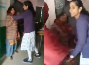 UP गजब हैः... अरे जल्दी आओ, अर्चना ने बड़ी मैडम को पीट दिया, देखें वीडियो