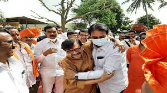 भाजपा नेता पाटील और शिवसेना सांसद राऊत से गले मिले, इस तस्वीर ने सियासी गलियारों में छेड़ी चर्चा