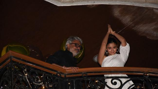 देखिए, संजय लीला भंसाली की बर्थडे पार्टी में आलिया भट्ट का गंगूबाई स्टाइल