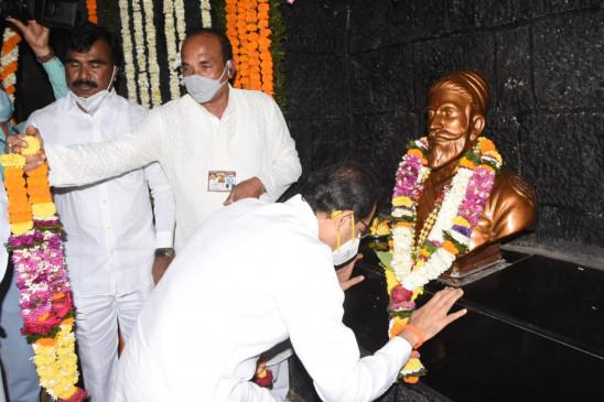 उपराष्ट्रपति और प्रधानमंत्री ने छत्रपति शिवाजी महाराज को दी श्रद्धांजलि, सीएम उद्धव और पवार ने किया नमन