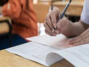 नागपुर में बढ़ रहा कोरोना और स्कूल ले रहे ऑफलाइन परीक्षा