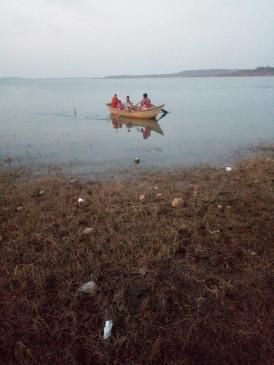 नाव पर ही हो जाता है प्रसव, 14 माह से गांव में नहीं हुआ टीकाकरण