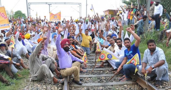 किसान आंदोलन: देशभर में आज 4 घंटे रेल रोकेंगे किसान, रेलवे ने अतिरिक्त फोर्स तैनात की, यूपी-पंजाब-हरियाणा में उग्र प्रदर्शन की आशंका