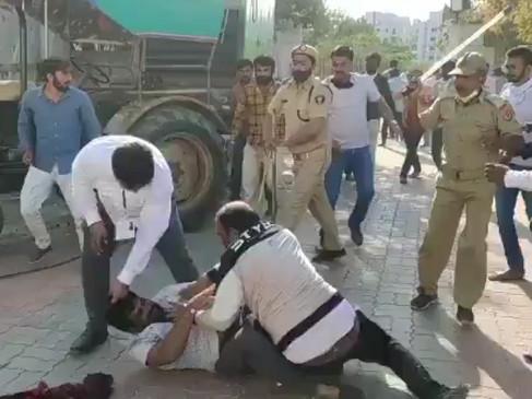 गुजरात निकाय चुनाव: फर्जी EVM को लेकर कई जगह हिंसा, निर्दलीय उम्मीदवार से भिड़े BJP कार्यकर्ता, दाहोद में भी लाठीचार्ज