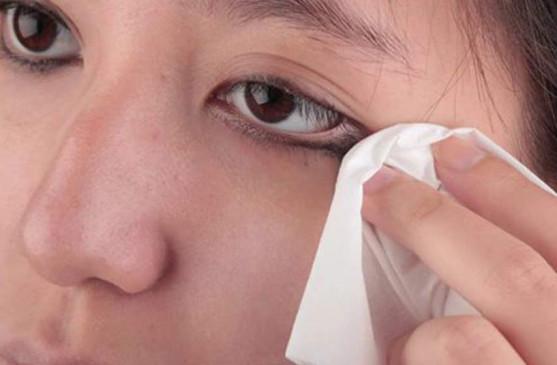 Health Tips: अगर आप अपने आंखों को कमजोर होने से बचाना चाहते हैं तो अपनाए ये tips