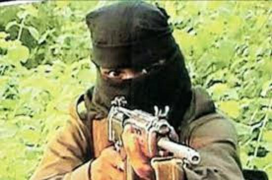 नक्सलियों ने फिर मचाया तांडव - घर में घुसकर की युवक की निर्मम हत्या