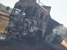 सड़क के विरोध में नक्सलियों ने एक ट्रक और दो ट्रैक्टर फूंके - ठेकेदार के कर्मियों ने भागकर बचाई जान