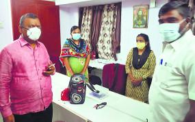 प्राथमिक स्वास्थ्य केंद्र प्रमुख नदारद, कर्मचारी बिना मास्क के मिले