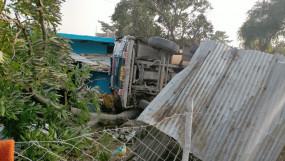 सड़क किनारे मकान पर पलटा ट्रक - मकान सहित 3 वाहन और एक मोटरसाईकिल क्षतिग्रस्त