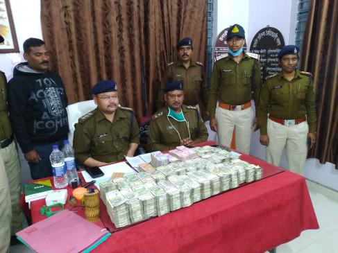 कार से 1.74 करोड़ रुपए बरामद, तीन गिरफ्तार - इंजन के पास रखे गए नोट जलने लगे और हवा में उडऩे लगे थे