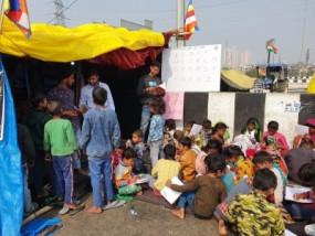 किसान आंदोलन के बीच दिल्ली बॉर्डर पर पाठशाला, कूड़ा बिनने वाले बच्चों को मिल रही प्रारंभिक शिक्षा