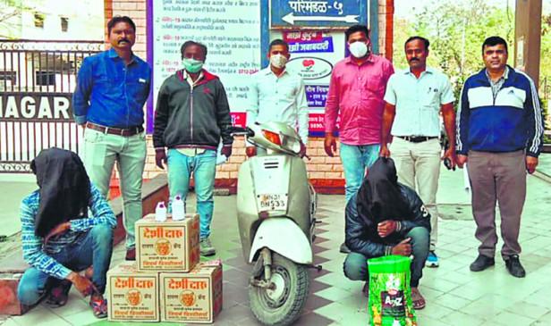 अवैध तरीके से बेच रहे थे शराब, पुलिस ने माल सहित पकड़ा