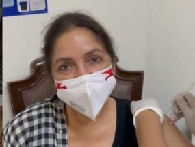 नीना गुप्ता की निकली चीख, वैक्सीन की पहली डोज लगवाने में किया मम्मी को याद,देखिए वीडियो