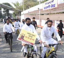 पेट्रोल-डीजल मूल्य वृद्धि का विरोध करने साइकिल से विधानसभा पहुंचे कांग्रेस मंत्री और विधायक