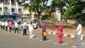 Corona Crisis: महाराष्ट्र, गुजरात और मध्यप्रदेश में बढ़ाई सख्ती, 10 बजे के बाद मॉल-दुकानें बंद, सार्वजनिक कार्यक्रमों पर रोक