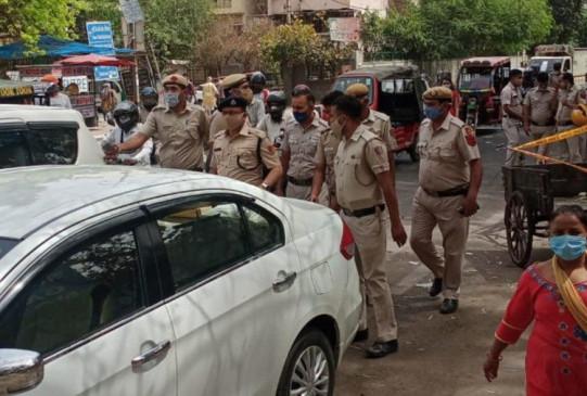 दिल्ली: पुलिसकर्मियों पर मिर्ची झोंकी और आरोपी को छुड़ाकर भगा ले गए बदमाश, फाइरिंग के दौरान एक साथी की मौत और एक घायल