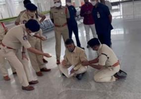 पूर्व मुख्यमंत्री को हिरासत में लिए जाने के बाद तिरूपति हवाई अड्डे पर हंगामा , पुलिस से झड़प के बाद वहीं फर्श पर बैठ गए
