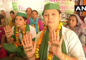 किसान आंदोलनः महिला दिवस पर गाजीपुर बॉर्डर पहुंची महिलाओं ने इंकलाबी मेहंदी लगाकर दिखाई ताकत