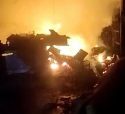 खाई में गिरे ट्रक में लगी आग - अमझर घाटी के पास हुआ हादसा, ट्रक व बाइक हुई क्षतिग्रस्त
