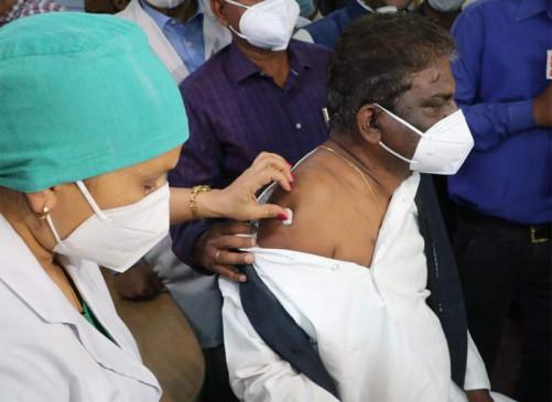 भोपाल में पहला टीका स्वास्थ्य मंत्री प्रभुराम चौधरी को लगाया, 60 साल से ज्यादा उम्र वालों का वैक्सीनेशन शुरू