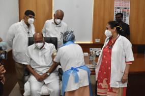 Vaccine : शरद पवार सहित इन नेताओं ने लगवाया टीका, चंद्रपुर- भंडारा और बीड में तकनीकी खामी ने डाली अड़चन