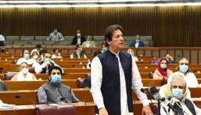 बच गई पाकिस्तान सरकार: हंगामें के बीच प्रधानमंत्री इमरान खान ने हासिल किया विश्वास मत, विपक्ष के नेताओं पर जूते फेंके गए