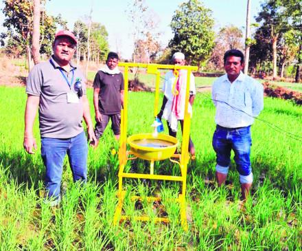 """खेत के बीचों बीच """"सुचंद्र लाइट ट्रैप' लगाकर हो सकेगी फसलों की सुरक्षा"""