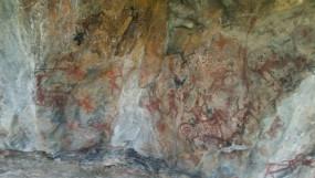 करेली के बिनैकीटोला गांव के पास शक्कर नदी के तट पर पाए गए हजारों साल पुराने शैलचित्र