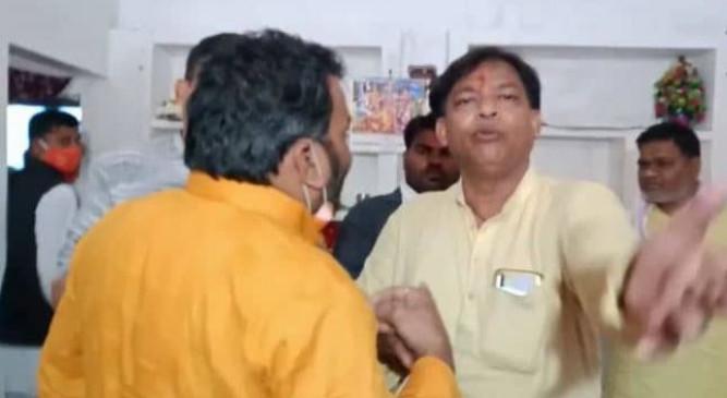 MP: मुरैना में भाजपा के दो नेताओं में भिड़ंत, कांग्रेस ने वीडियो शेयर कर चुटकी ली