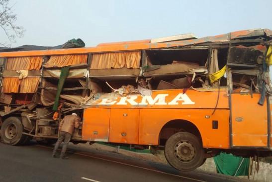 MP News: छिंदवाड़ा-बैतूल हाईवे पर पुलिया तोड़कर खाई में गिरी बस , 2 महिलाओं की मौत, 27 घायल