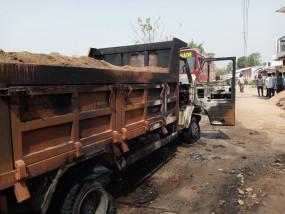 रेत से भरे मालवाहक ने मासूम को कुचला, ग्रामीणों ने फूंका वाहन