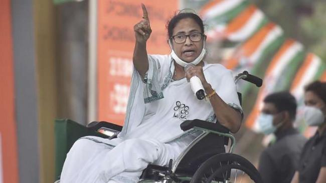 बंगाल चुनाव: आयोग ने ममता बनर्जी के चुनाव प्रचार करने पर 24 घंटे का बैन लगाया, विरोध में धरने पर बैठेंगी सीएम