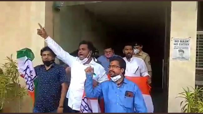 सोनिया-राहुल को लेकर आपत्तिजनक विज्ञापन पर कांग्रेस कार्यकर्तओं ने की तोड़फोड़