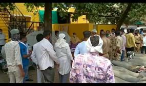 पुलिस स्टेशन में वाहन नीलामी के दौरान कोरोना नियमों की धज्जियां उड़ाई