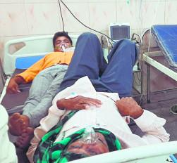 कोरोना से बिगड़े हालात , एक बेड पर दो-दो मरीज किसी को स्ट्रेचर पर, तो किसी को व्हीलचेयर पर ऑक्सीजन