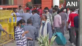 लॉकडाउन के डर से पलायन: मुंबई और दिल्ली से लौट रहे प्रवासी, नौकरी से निकाल रहीं कंपनियां, रेलवे स्टेशनों पर भीड़