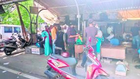 नागपुर के जिलाधिकारी कार्यालय में नियमों की अनदेखी कर जुट रही भीड़