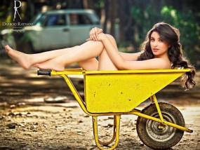 Photo Viral: आखिर क्यों, बिना कपड़ों के कचरें की पेटी में लेट गई परिणीति चोपड़ा ?