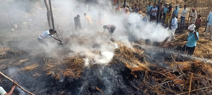 अलग-अलग जगह आग लगने से गृहस्थी खाक - बालक समेत तीन झुलसे, तीन भैंसों की मौत