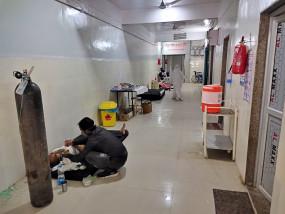 अनूपपुर में कोविड मरीजों के लिए कम पड़ी जगह, 40 की क्षमता वाले वार्ड में 49 मरीज भर्ती, जमीन में लगाने पड़े बेड
