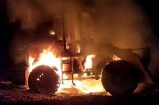 नक्सलियों का उत्पात : एक-एक कर 6 वाहनफूंके, बंदूक की नोक पर सड़क निर्माण में लगे मजदूरों को धमकाया